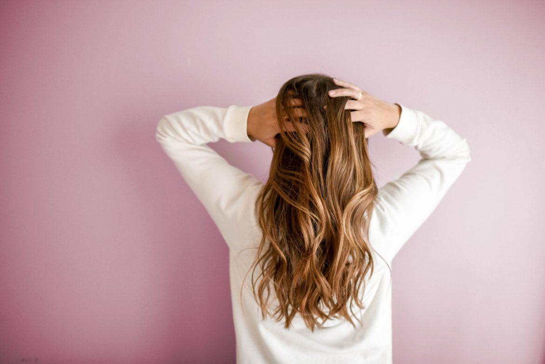 Jak sobie pomóc, gdy wypadają nam włosy?